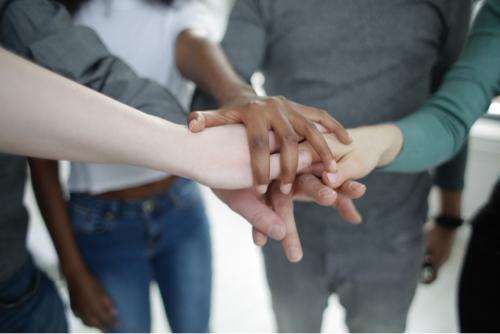 Un groupe de personnes se tenant la main : image d'un effort collectif pour mieux comprendre les personnes avec un problème de santé mentale